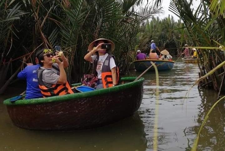 Du khách đang chụp hình tại Rừng Dừa Bảy Mẫu