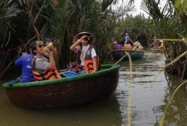 여행자들은 그들의 여행에서 기억을 저장하고 이 아름다운 장소를 구하기 위해 베이 마우 코코넛 포레스트 사진을 찍고 있습니다