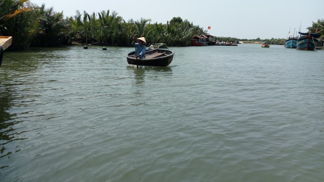 독신남 혼자 코코넛보트를 노를 젓고 있다