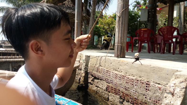 여행자들이 Thu Bon 강에서 게 잡는 법을 배우고 있습니다