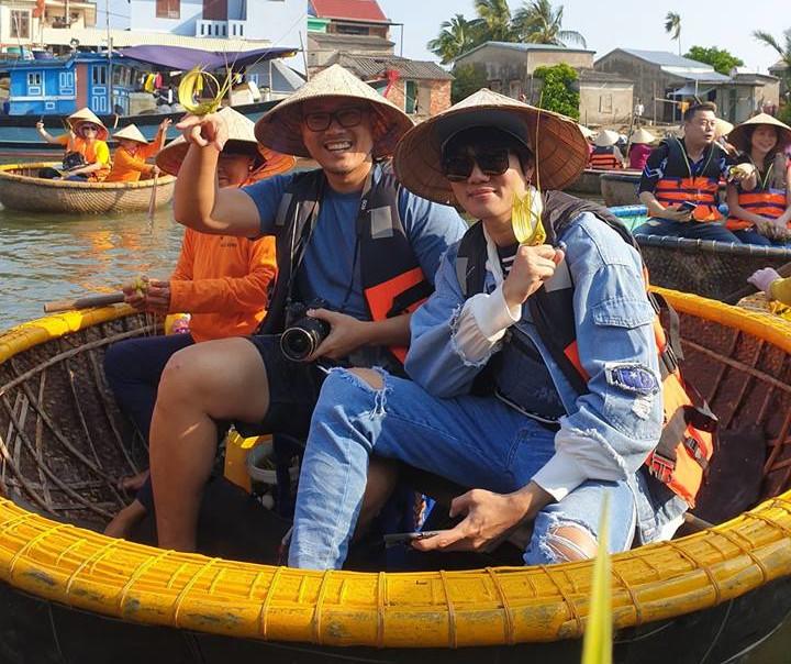 นักเดินทางรู้สึกมีความสุขกับการลามะพร้าวของที่ระลึก